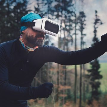 mann draußen mit mobile virtual reality quest-room